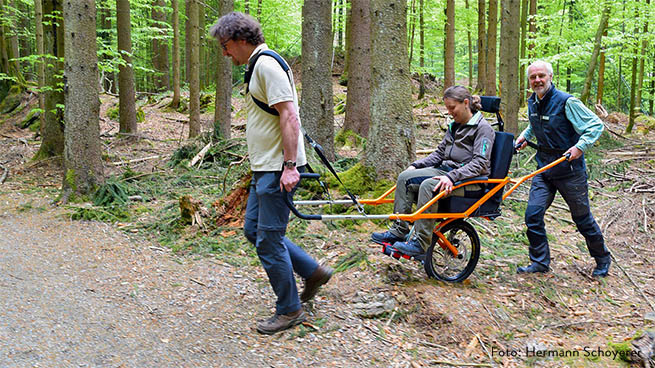 If you want to an off-road tour, the parking area at Lusen National Park Centre offers a free loan hiking wheelchair (Photo: Hermann Schoyerer).